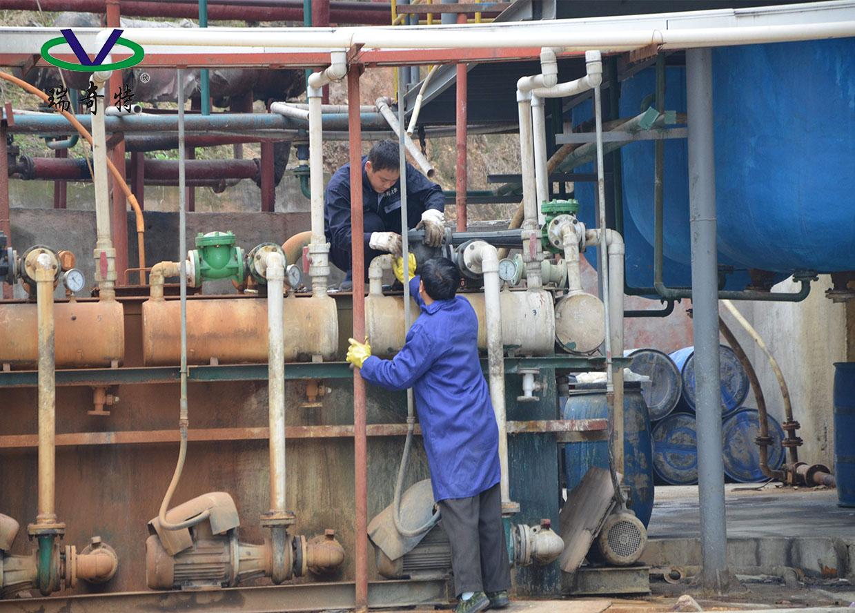 工人在熟练操作生产设备
